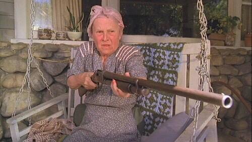 """奶奶枪手 国外很火的""""拿枪/刀的奶奶""""系列表情包"""