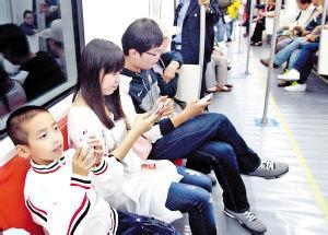 【地铁小孩玩手机笑话】地铁上,一小孩吵着想玩旁边帅哥的土豪金iPhone6s
