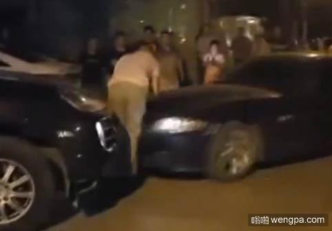 【视频】卡宴男司机惹毛宝马Z4女司机 双腿被撞骨折哇哇大哭 - 嗡啪网