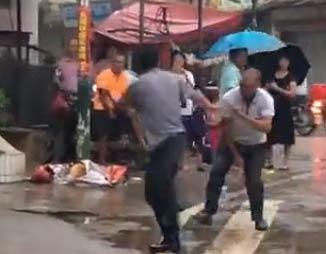 咏春大战太极 爆笑街头斗殴 咏春大战太极搞笑视频 - 嗡啪网