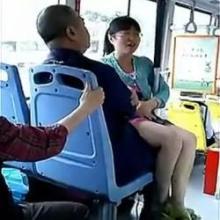 【搞笑段子】今天上午去做公交车,看到一大爷拿着的东西挺重的,想帮他一把