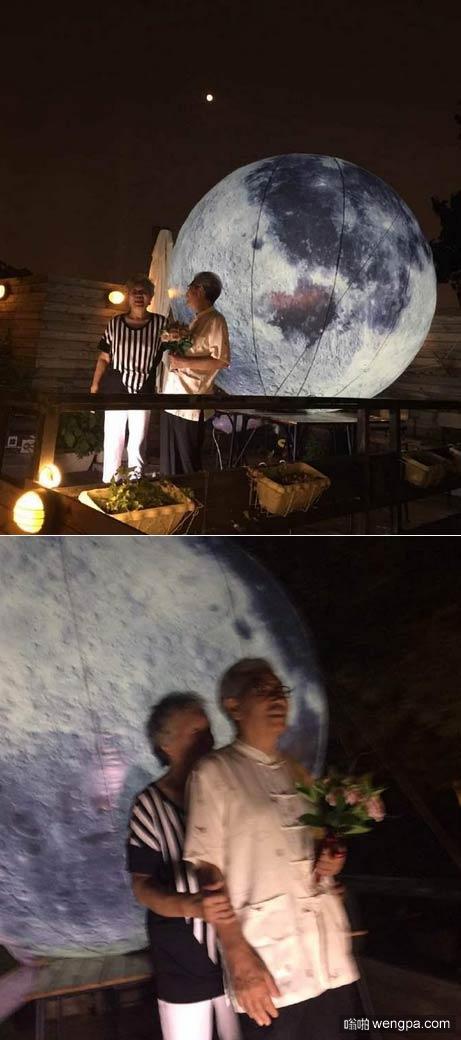 """老人后海""""自带月亮""""让老伴赏月 网友:忒会泡妞!"""