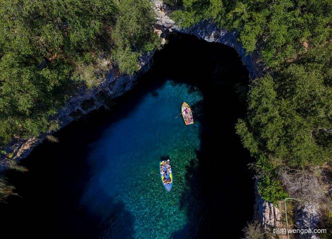 希腊凯法利尼亚(Kefalonia)梅利萨尼洞中湖的鸟瞰图 - 嗡啪网