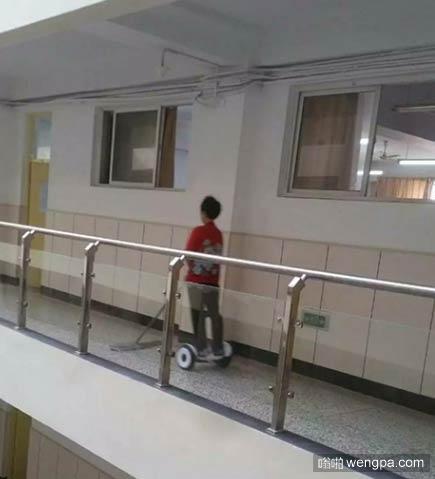 大妈平衡车上拖地 青岛高校清洁工大妈脚踩平衡车拖地
