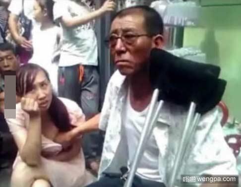 这名男子说 抓住她的胸可以给她带来好运