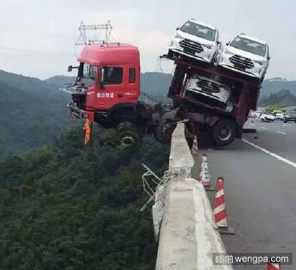 太惊险!大型拖挂车出车祸 求货车司机的心里阴影面积 - 嗡啪网