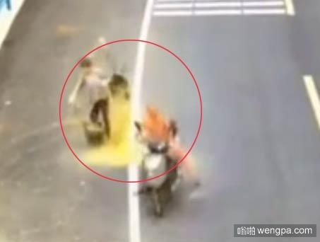 【视频】男子骑车撞翻挑粪大妈 粪便排泄物从头淋到脚 - 嗡啪网
