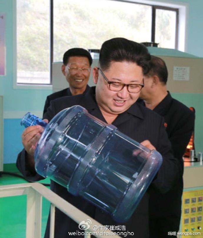 """""""健康的水,健康的空气,健康的食物,是我们能给予人民的最好的礼物。""""最高司令官端详着新式水桶,脸上挂满笑容。"""