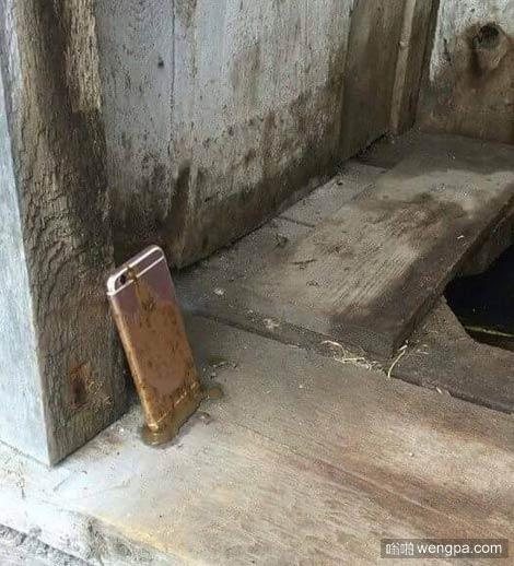 iPhone 7掉了 你会捡吗 手机掉厕所搞笑图片 - 嗡啪网