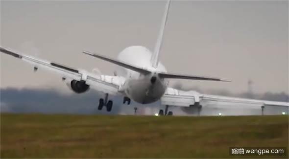 惊险着陆!客机降落瞬间被大风吹歪 瞬间拉起