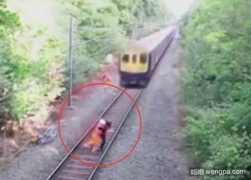 惊心动魄!铁路工人铁轨上侧扑救下单车骑士
