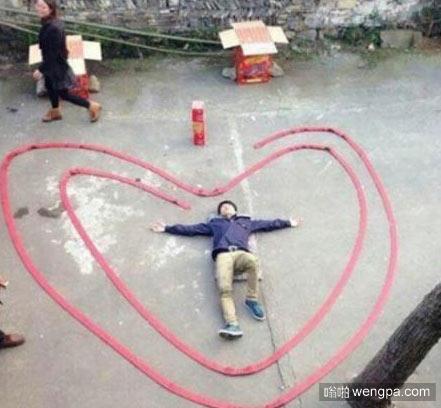 躺在用鞭炮围城的心形里向女神示爱 搞笑图片 - 嗡啪网