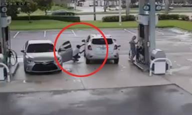 加油站加油的时候要小心了 加油站加油遭遇小偷 - 嗡啪网