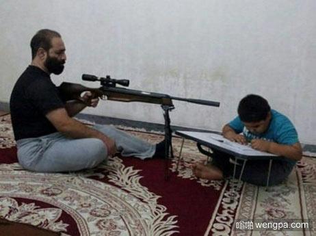 伊朗的家长是这么盯着孩子做作业的 国内小朋友你们怎么看