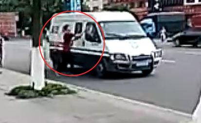 【板砖砸运钞车视频】男子板砖砸运钞车被击毙 细节:中枪身亡鲜血满地