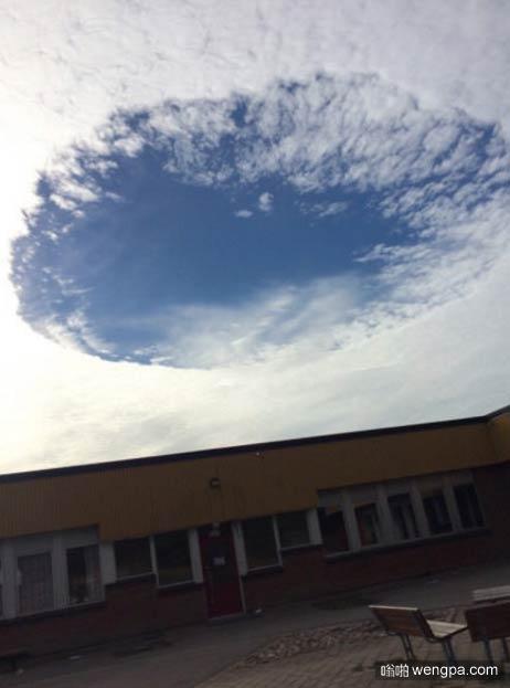 天空白云有个圆形的大洞透出蓝天