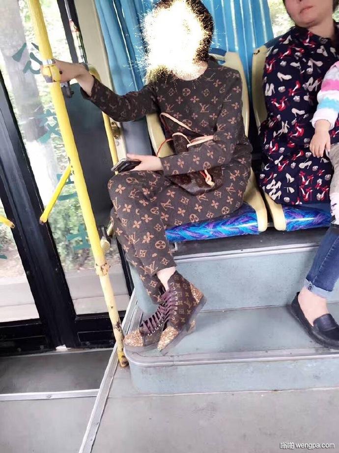 整个人都LV了 还坐啥公交