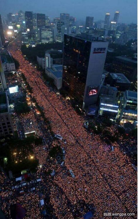 当前在韩国的蜡烛抗议集会 要求总统辞职
