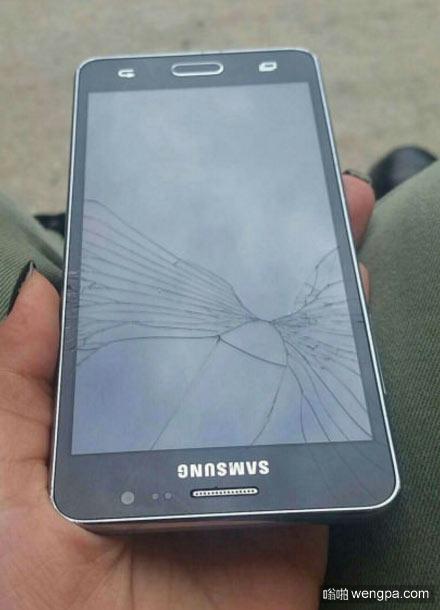 这手机屏幕破碎的有点奇怪
