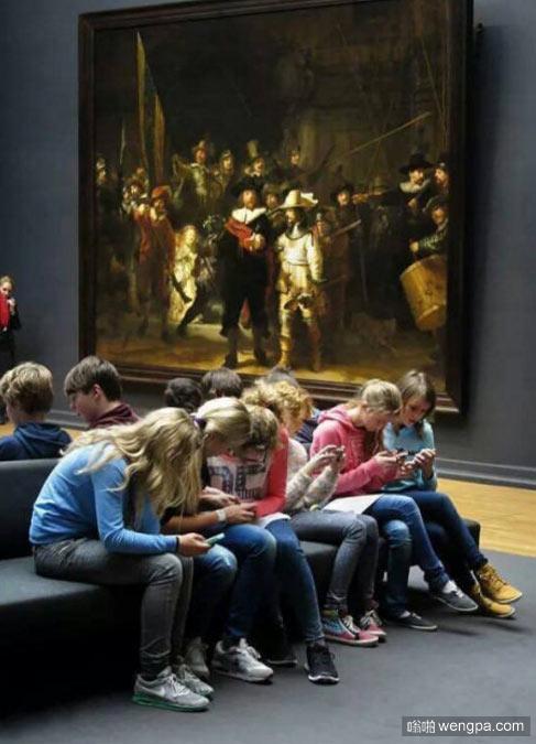 在伦勃朗名作《夜巡》下 孩子们都在低头玩手机