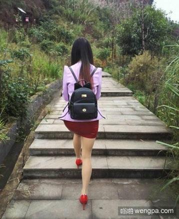 妹子穿高跟鞋爬山
