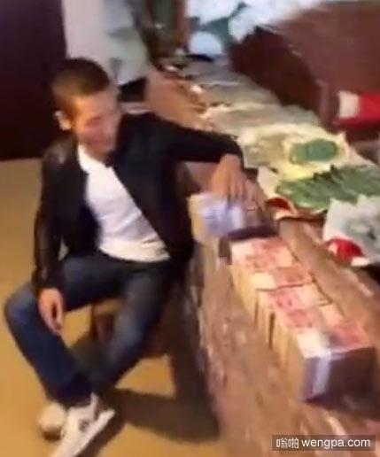 【视频】男子用一亿现金炫富 一亿现金有多少 - 嗡啪网