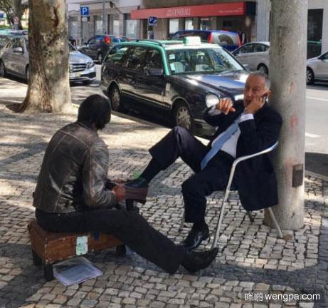 """""""老板,擦鞋不?!""""葡萄牙总统路边擦鞋"""