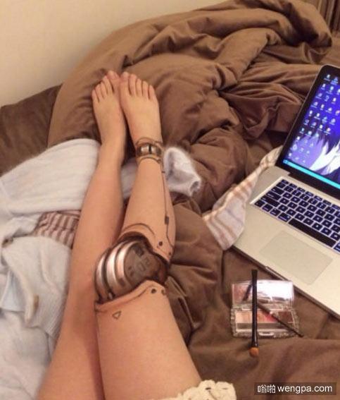 把腿化妆成机器人 这妆画得可以