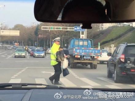 暖心一幕:安徽交警公主抱腿脚不便过红灯老人