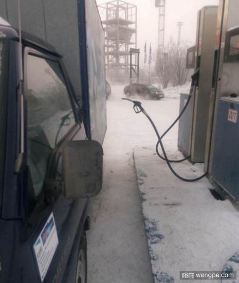 俄罗斯北部某地的加油站 当时气温-62°C