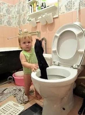 小孩在马桶洗衣服 小孩搞笑图片 - 嗡啪网