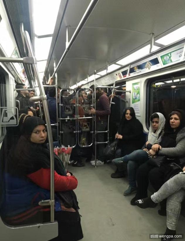 一个很空,一个挤爆了 伊朗地铁分男女车厢 - 嗡啪网
