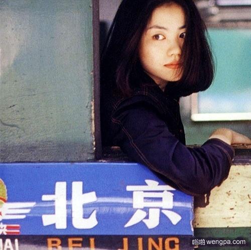 你见过这样的王菲吗?王菲坐火车旧照
