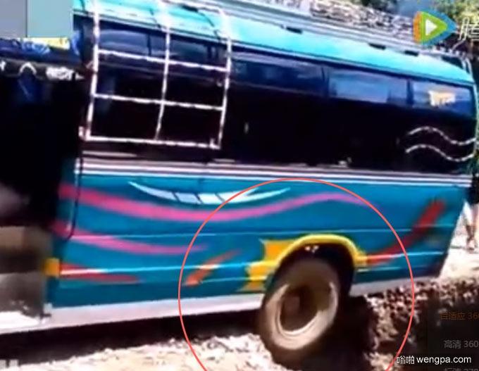 绝对老司机!印度老司机开挂 在极其困难条件下客车脱离险境