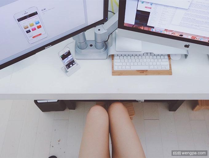 UI设计师的桌面 真是干净整洁 设计师美腿内涵图 - 嗡啪网