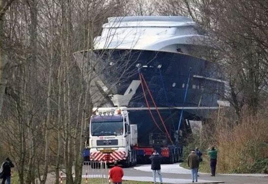 公路运输中型船只 画面挺震撼的