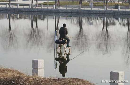 钓鱼发烧友用人字梯当高跷在河中央钓鱼