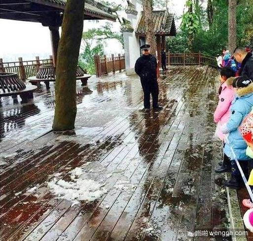 广西41年来首次降雪 警方拉警戒线保护