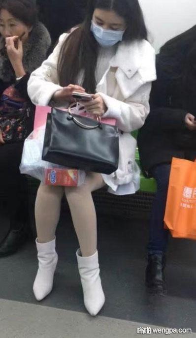 地铁上的妹子 亮点自寻