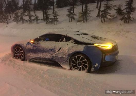 忘记买雪地胎了吧 下雪天汽车搞笑图片 - 嗡啪网
