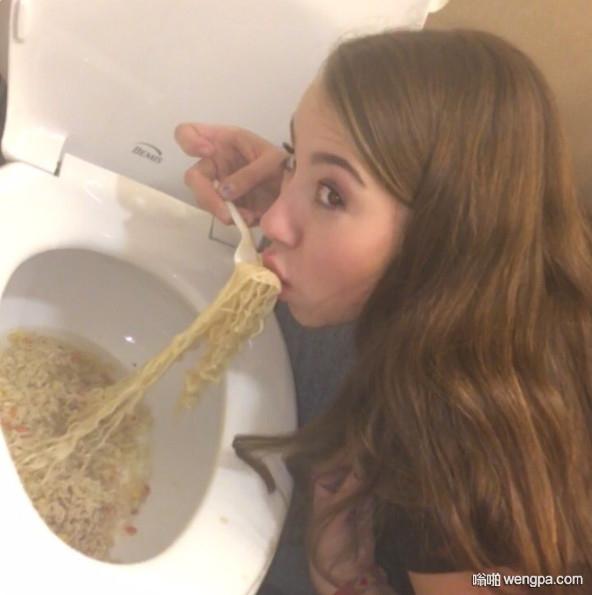 拉面这样吃才够味道么 美国少女马桶吃拉面