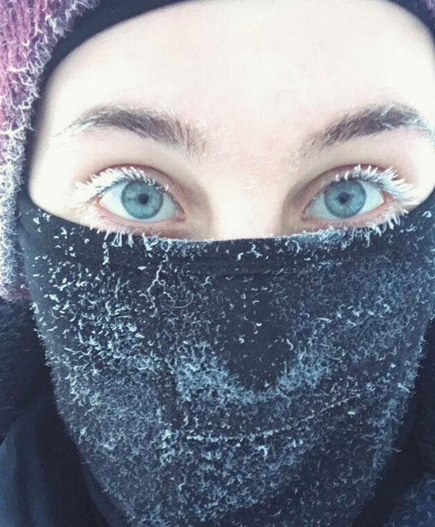 我称之为北极睫毛膏 睫毛结冰了 感受一下俄罗斯寒冷的西伯利亚 - 嗡啪网