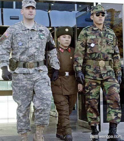三八线上美朝韩三国士兵并行