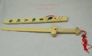 【上学笑话】记得小学一年级老师让自己刻一把小木剑,结果我爸给我做了一把和一样高的