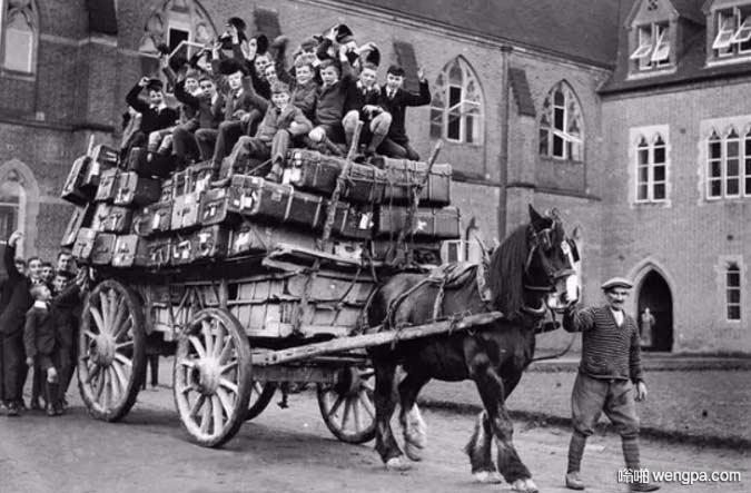 大学生坐马车回家过圣诞节。英国,1926年