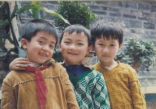 【小时候笑话】小时候,一群小伙伴玩角色扮演,由于我最大,我演皇上