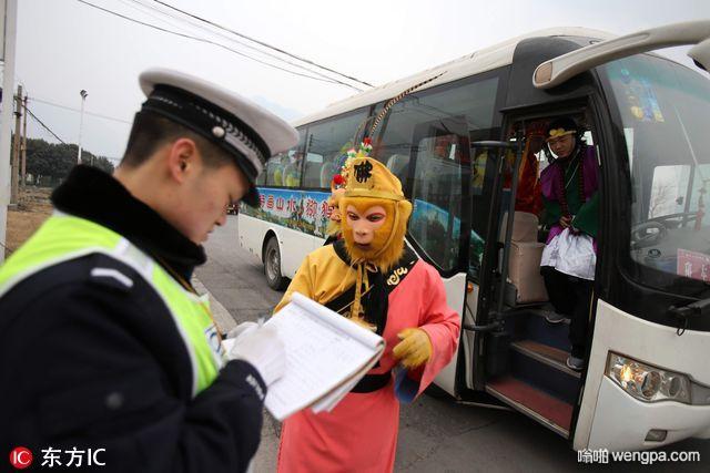 """""""孙大圣""""开中巴车遭遇交警 车上坐着一群""""神仙"""""""