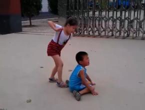 【笑话】和朋友在街上闲逛,看见两个七八岁的男孩在打架