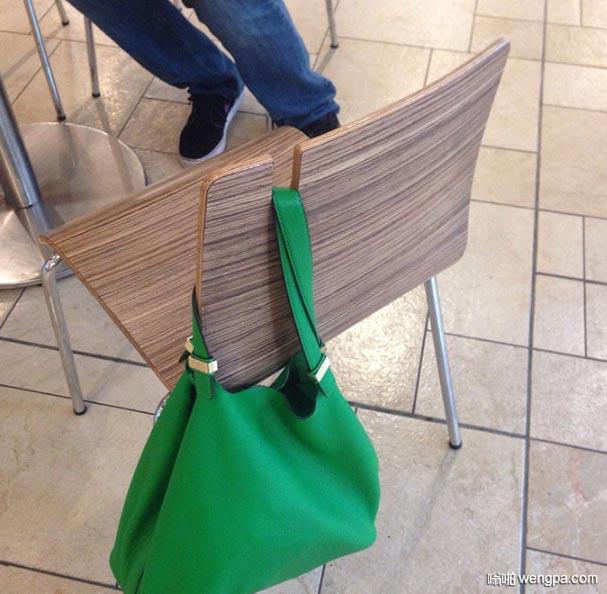 这个椅子靠背加了一个凹槽用来挂包