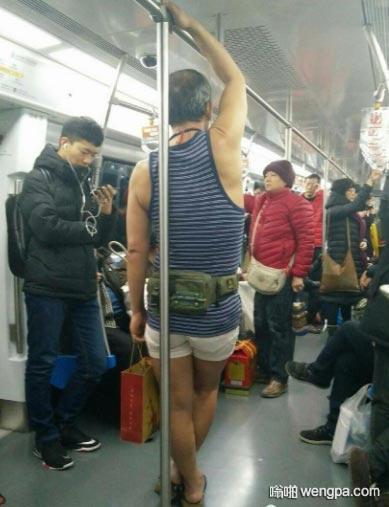 地铁5号线一大叔寒天着夏装出行 我可能过了一个假的冬天